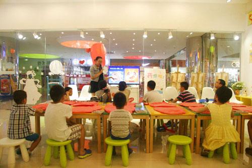 老师为小朋友们讲解中秋节的来历,传说以及风俗习惯.
